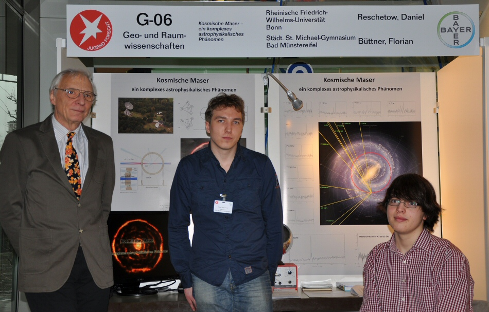 Supervisor Horst-Günter Thum visits the exhibit of the maser researchers at the state contest